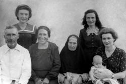 Монахиня Мисаила в кругу семьи. (Слево на право) сын Матвей, внучка Людмила, невестка Александра, внучки Тамара и Нина