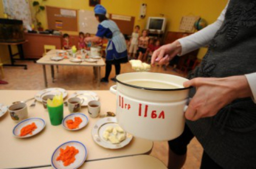 В Курской области воспитатель в детском саду заставляла ребенка есть из мусорки