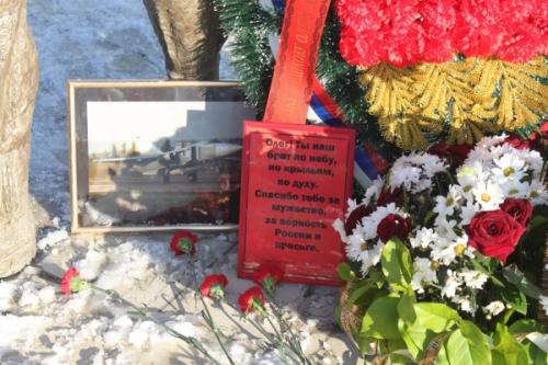 Липчане целый день возлагают цветы к Памятнику авиаторам в память погибшего Олега Пешкова