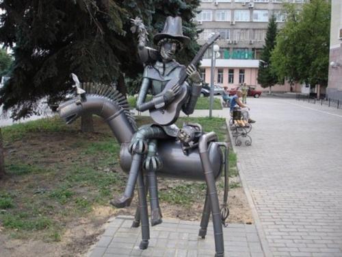Памятник Бременским музыкантам в стиле водосточных труб